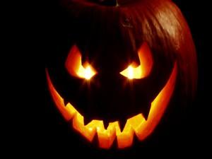 Una calabaza tallada e iluminada en Halloween