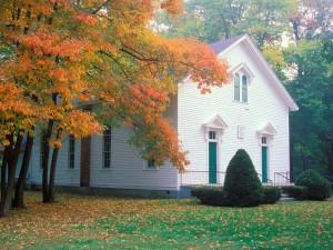 Otoño junto a una iglesia