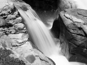Cascada en blanco y negro