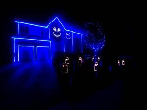 Casa iluminada en la noche de Halloween