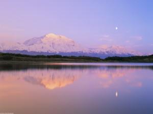 Luna y montaña reflejadas en el lago