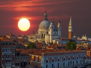 La ciudad de Venecia al atardecer (Italia)