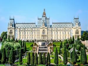 Jardín frente al Palacio de la Cultura ( Iasi, Rumania)