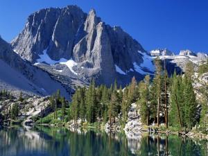 Hermoso lago junto a las montañas