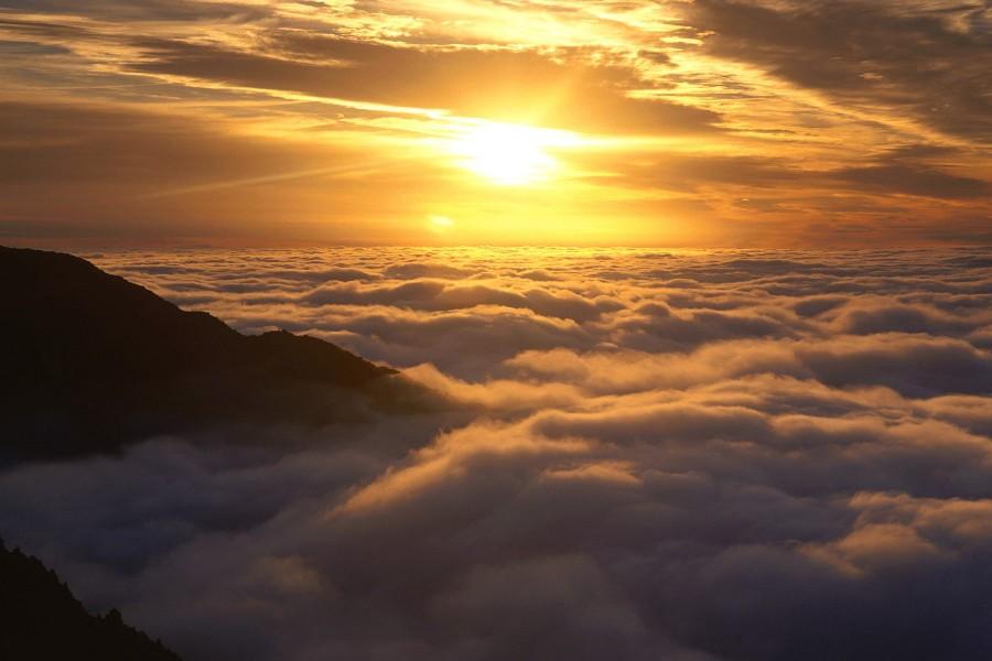 El sol brillando sobre las nubes