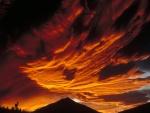 Puesta del sol naranja en Alaska