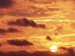 El sol entre nubes