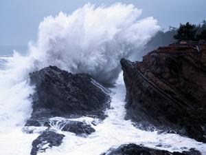 Fuerte oleaje sobre las rocas