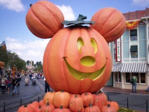 Calabaza festiva en Disneyland con la forma de Mickey Mouse