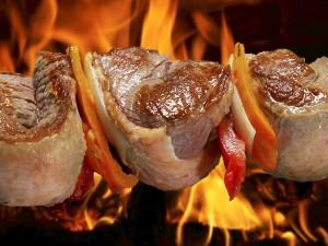 Brocheta de carne y verduras en el fuego