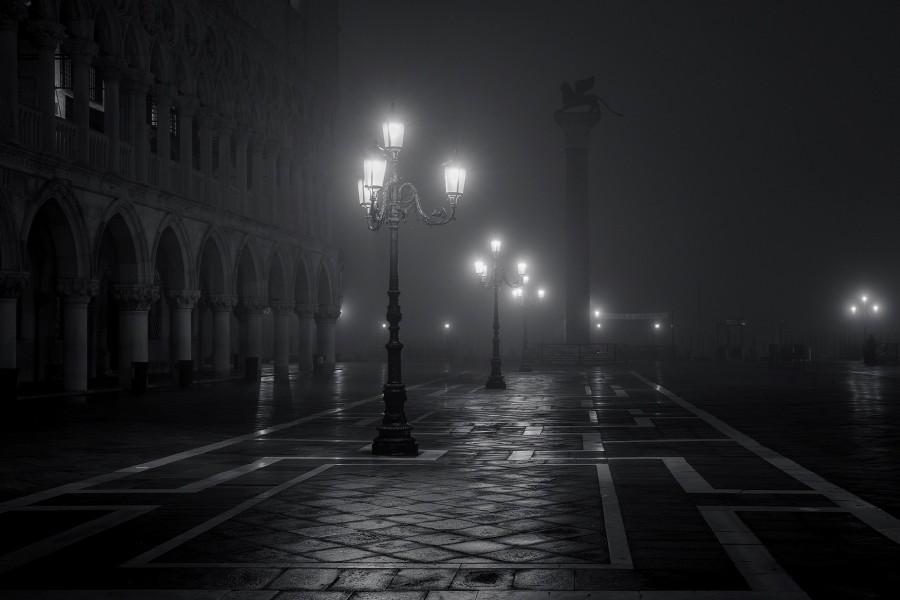 Calle de Venecia con los faroles encendidos