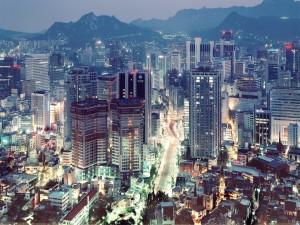 Rascacielos y calles iluminadas de Tokio, Japón