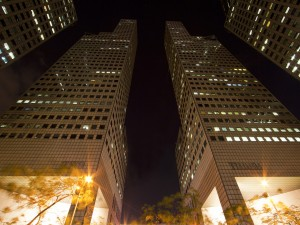 Rascacielos en la noche de Singapur