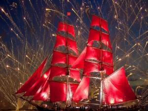 Embarcación envuelta en fuegos artificiales (río Nevá, San Petersburgo)