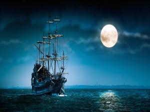 Navio en el mar en una noche clara con luna llena