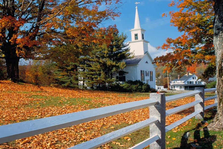 Hojas otoñales junto a la iglesia