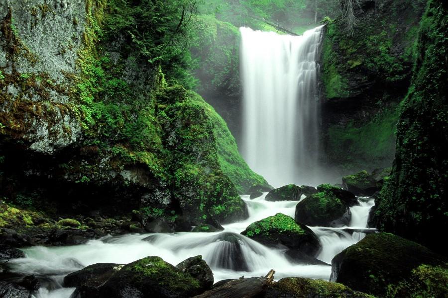 Una cascada entre rocas