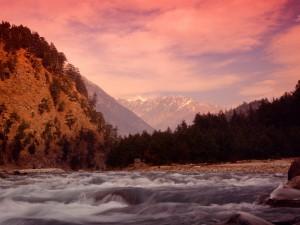 Río fluyendo bajo las montañas