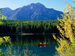 Canoa en el lago Patricia (Parque Nacional de Jasper, Canadá)