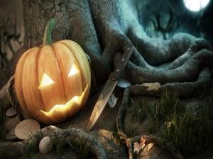 Una calabaza, un cuchillo y monedas dispersas junto al árbol