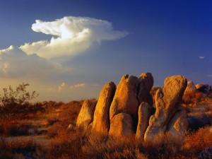 Rocas iluminadas por el sol