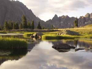 Montañas majestuosas junto a un lago