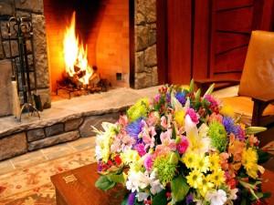 Ambiente romántico con chimenea y flores