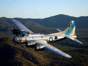 Avión volando sobre las montañas