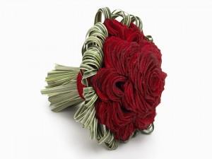 Ramo de rosas rojas con gotas de rocío