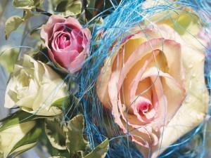 Original ramo con rosas blancas y rosas
