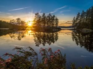 Puesta de sol en un lago de Noruega