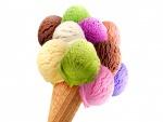 Cono con bochas de helados de varios gustos