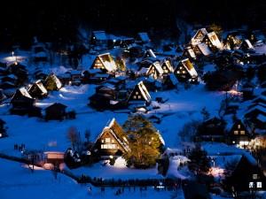Casas iluminadas en una noche fría en la isla de Honshu (Japón)