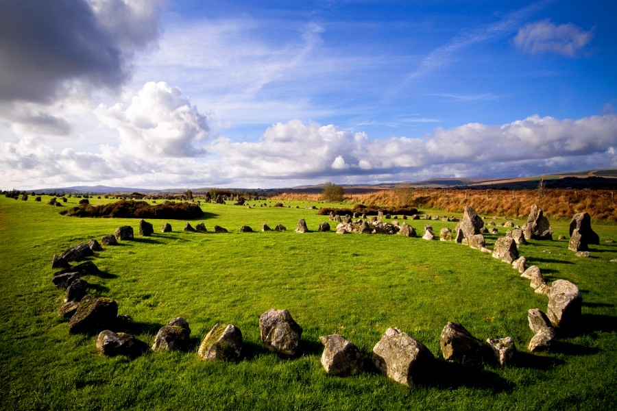 Campo con piedras formando círculos (Irlanda)