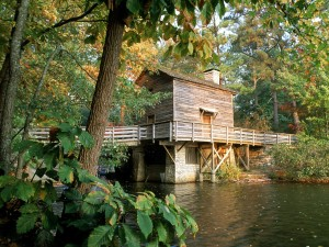 Cabaña sobre el río