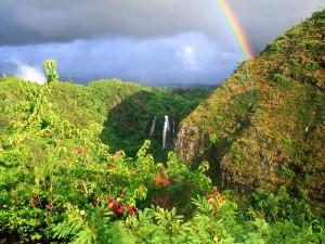Arcoíris sobre una cascada (Kauai, Hawái)