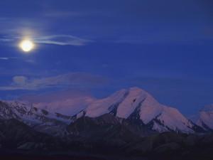Luna iluminando las montañas