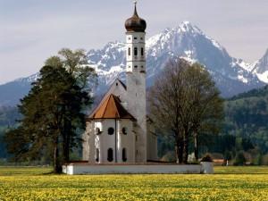 Iglesia bajo las montañas