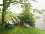 Bote en la orilla de un lago