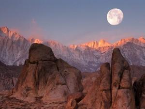 Luna llena sobre las montañas