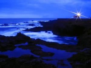 Faro iluminando al amanecer
