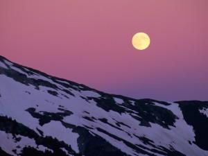 Luna llena sobre la montaña