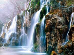 Agua cayendo por las rocas