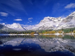 Montañas nevadas junto a un lago