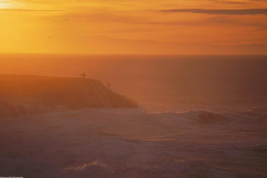 Surfistas entrando en el mar