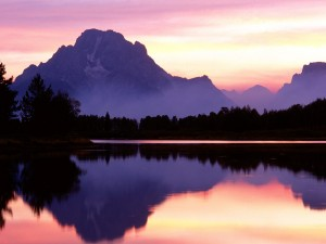 Un tranquilo amanecer sobre las montañas y el lago