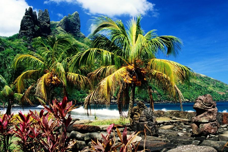 Estatuas y palmeras en Nuku Hiva (Islas Marquesas, Polinesia Francesa)