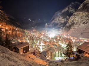 Noche fría de invierno en Zermatt (Suiza)