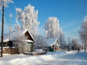 Casas y carretera cubiertas de nieve