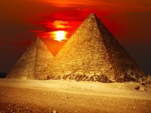 Puesta de sol sobre las pirámides de Egipto